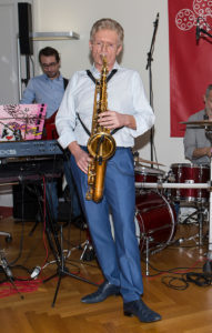 Prof. Gstöttner himself plays piano and saxophone and talks about the connection between music and hearing ability.