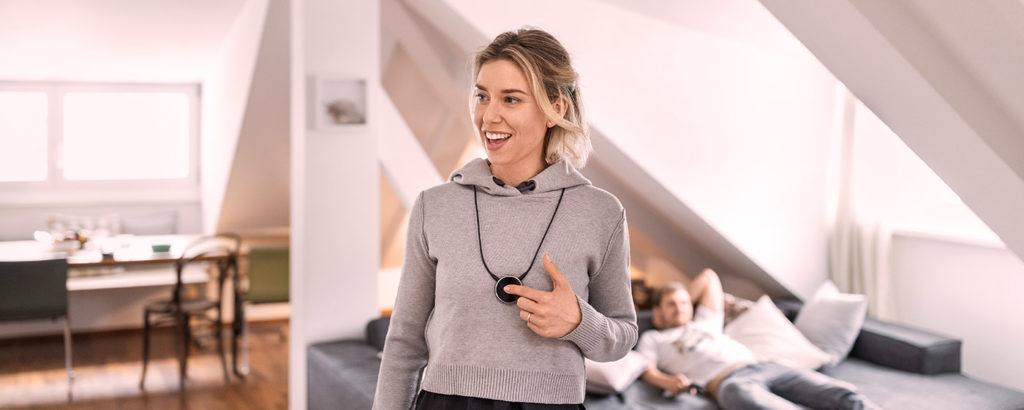 A girl wearing SAMBA to go device