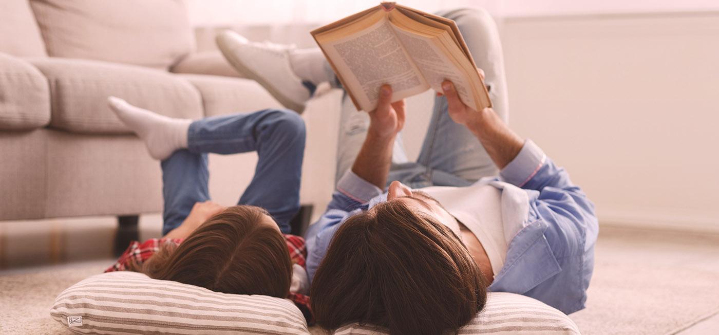 کودک و والدینی که کتاب می خوانند.